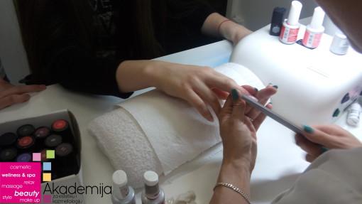 Kako se nadogradjuju nokti akrilom