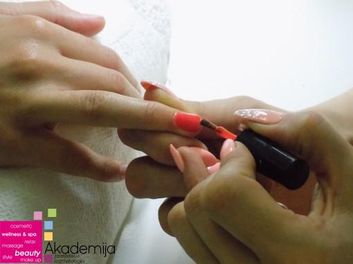 PRECIZNO LAKIRANJE NOKTIJU – sa nastave na kursu za Manikir, pedikir i depilaciju