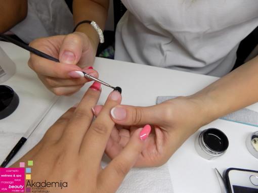 SA NASTAVE NA KURSU NADOGRADNJE NOKTIJU – tema: izlivanje noktiju i crni frenč