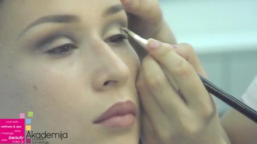 KAKO NAGLASITI KAPAK – cut crease tehnika šminkanja očiju